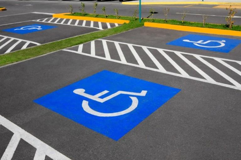 Какой штраф ждет водителя за парковку на месте для инвалида