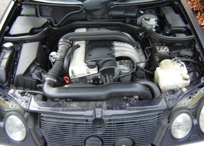 Дизельный двигатель OM602 под капотом Mercedes-Benz E-Class (W210).   Фото: commons.wikimedia.org.