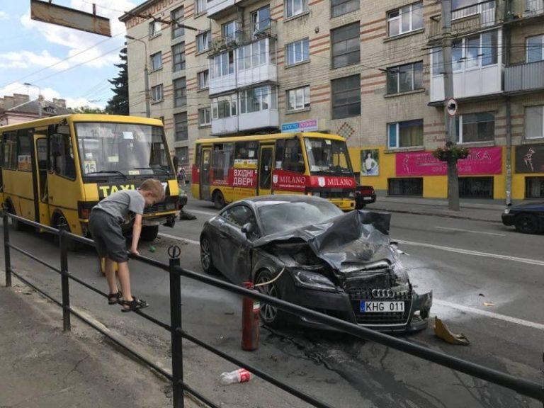 Справу водія, який розтрощив два автомобілі та два автобуси, закрили