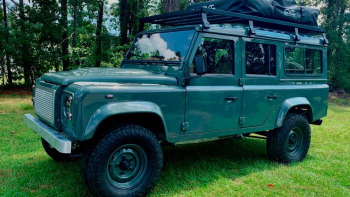 Классический Land Rover Defender получил мощный двигатель от Chevrolet Corvette